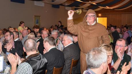 Die Gäste beim Starkbierfest begrüßten Burder Barnabas alias Edi Heiß mit herzlichem Beifall