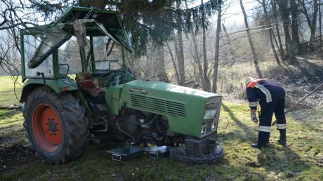In Walkertshofen wurde ein 84 Jahre alter Mann von seinem Traktor überrollt und schwer verletzt.