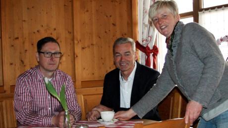 Obermeitingens Bürgermeister Erwin Losert (Mitte) lässt sich von den Pächtern Bernd und Gabriele Bäßler im Bürgerhaus bedienen.