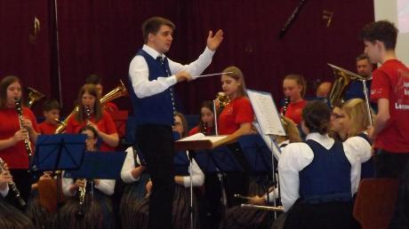 Jung und Alt gemeinsam auf der Bühne: Zum Schluss des Frühjahrskonzerts spielten die Jungmusiker gemeinsam mit der Musikkapelle.