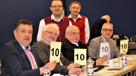 Die Jury bewertete jede Kapelle nach zehn Kriterien mit Täfelchen wie beim Eiskunstlauf.Unser Bild zeigt (von links) Christoph Erb, Oskar Schwab, Dieter Böck und Josef Langenwalder.Dahinter Bezirksdirigent Andreas Rest (links) und der Vorsitzende Herbert Klotz.
