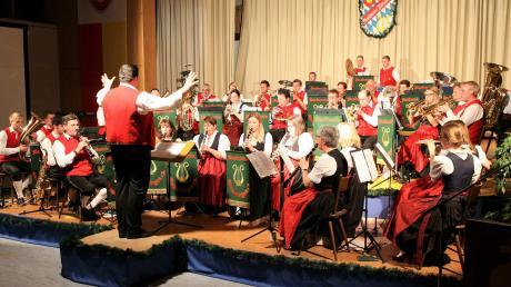"""Die Musikkapelle Kleinaitingen unter der Leitung von Andreas Müller kredenzte den Besuchern in der voll besetzten Lechfeldhalle ein """"Musikdinner"""" der Spitzenklasse bei ihrem Frühjahrskonzert."""