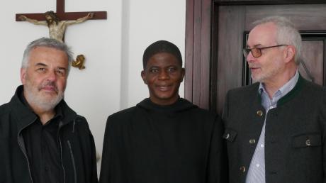 Pater Maurus Blommer, Abt Romain Botta und Siegfried Hertlen freuen sich auf den baldigen Start des Brunnenbaus in Togo.  Foto: S. Hertlen