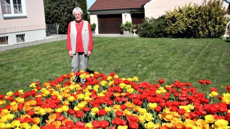 Elisabeth Schaflitzel staunt über die jährlich wiederkehrende Tulpenpracht auf ihrem Rasen.