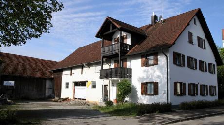 Wie soll das Anwesen Kirchberg 1 in Obermeitingen, das die Gemeinde im Jahr 2016 erworben hat, weiter genutzt werden? Bürgermeister Losert würde gerne den Bauhof dort unterbringen. Die Wohnung im Vorderhaus soll bleiben.