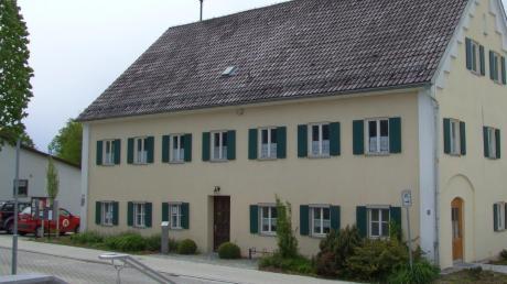 In der Alten Schule in Langenneufnach bekommt die Bücherei künftig mehr Platz.