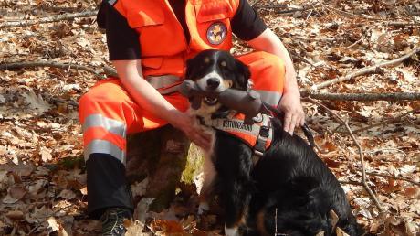 Das eingespielte Team, bestehend aus Rettungshund Tschako und Rettungshundeführer Andreas Riebler Graf von Rowell, bereitet sich mit Wiederholungsprüfungen auf Notsituationen vor.