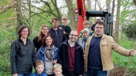 Die Trasse für den Barfußpfad wurde von einem Minibagger freigelegt. Bei den Feinarbeiten halfen auch Kinder mit.