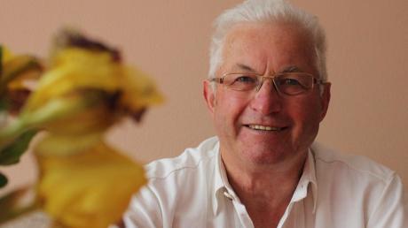Gut gelaunt empfängt Altbürgermeister Franz Schäfer, der am Sonntag seinen 70. Geburtstag feiert, die Schwabmünchner Allgemeine in seinem Wohnzimmer in Kleinaitingen.
