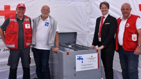 Die Frischwasserbehälter, die Gerhard Aglas aus Österreich mitbrachte, weckten Interesse bei (von links) Günther Geiger, Fabian Wamser und Alexander Luepolz