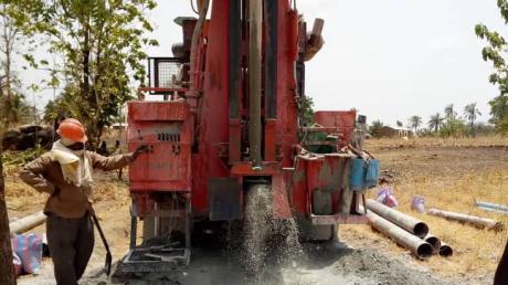 Im Dorf Lassa-Lao wird jetzt der aus Königsbrunn geförderte Brunnen gegraben.