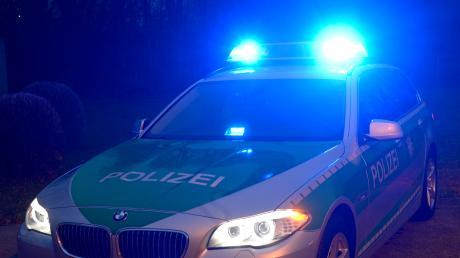 Die Polizei hatte alle Hände voll zu tun mit einem Mann, der auf der A8 einen Unfall verursacht haben soll.
