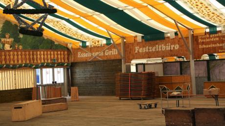 Das Festzelt der Familie Widmann war bereits am Montag aufgebaut. Nur die Tische und Bänke mussten noch aufgestellt werden.