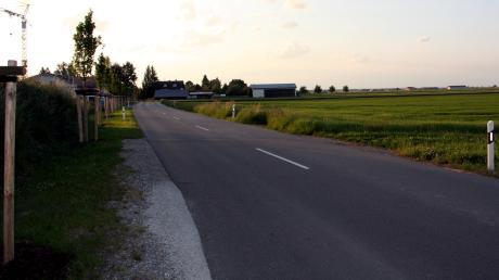 Das Wohnbaugebiet Hurlacher Straße wird an deren Ostseite (im Bild rechts)von den im Hintergrund sichtbaren Gebäuden bis zum Ortsende erweitert.