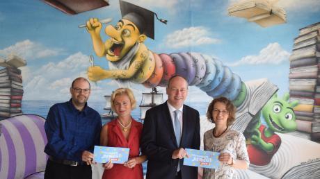 Freuen sich auf das neue Kulturprogramm: Jörn Meyers vom Lechfeldmuseum, Kulturbüroleiterin Ursula Off-Melcher, Bürgermeister Franz Feigl und Hildegard Häfele von der Stadtbücherei.