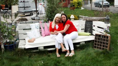 Auf der Gartenbank aus Holzpaletten machen es sich Belinda Beger (links) und Evelyn Pfand vom Caféle-Team gemütlich.
