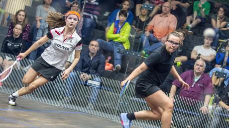 Squash ist ihr Sport: Die 16-jährige Lucie Mährle aus Königsbrunn (rechts), hier bei der Deutschen Meisterschaft 2019 in Hamburg, wird bald zur Junioren-Weltmeisterschaft nach Malaysia fliegen.
