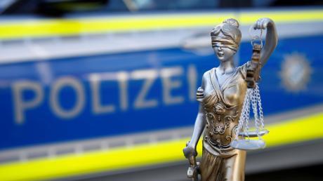 Mit einem Lastwagen hat ein 41-Jähriger insgesamt vier Kilogramm Marihuana von Tschechien nach Schwaben gebracht. Doch vor Gericht versucht sich der Mann zuerst als Opfer darzustellen.