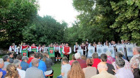 Unter den Bäumen des Kirchgartenserfreuten die Gennacher und Gräbinger Musikanten die Zuhörer bei der Serenade.