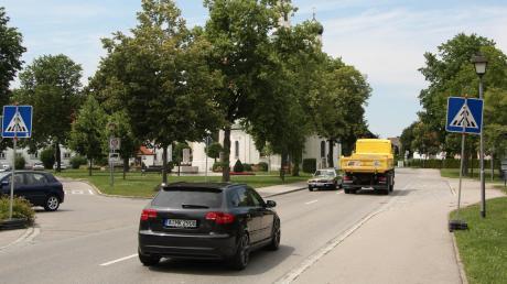 Tausende Fahrzeuge rollen täglich durch Klosterlechfeld. Nun überlegt die Gemeinde, wie sie die Straßen entlasten und den Verkehr eindämmen kann.