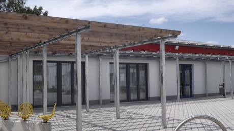 Wirkt wie ein Neubau: Anstelle der beiden Feuerwehrtore (links) wurden große, zu öffnende Glaselemente in das neue Musikerheim eingebaut.