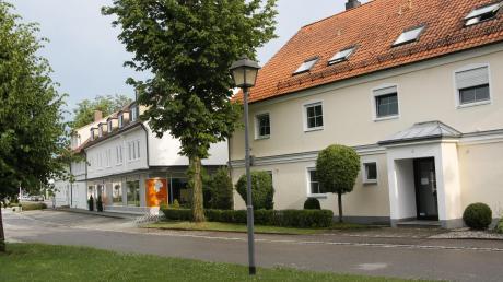 Das Bäckerei-Café Müller (links) am Franziskanerplatz wird, anders als auf dieser Aufnahme, so gut besucht, dass die zugeordneten Parkplätze oft nicht ausreichen. Deshalb parken viele Kunden auf dem schmalen Gehweg vor dem Haus rechts daneben. Das soll nun ein Ende haben