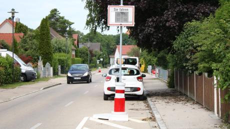 Die sogenannten Verkehrswächter in der Lechfeldstraße in Kleinaitingen sind nicht unumstritten. Vergangenes Jahr wurden sie installiert, nun fordern einige Anwohner und die dritte Bürgermeisterin deren Abbau.