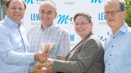 Bei der symbolischen Inbetriebnahme der Breitbandversorgung sind (von links) LEWTelNet-Geschäftsführer Johannes Stepperger, Kleinaitingens Bürgermeister Rupert Fiehl, M-net-Regionalmanagerin Melanie Hundt und Albert Reiter, Zweiter Bürgermeister von Oberottmarshausen.