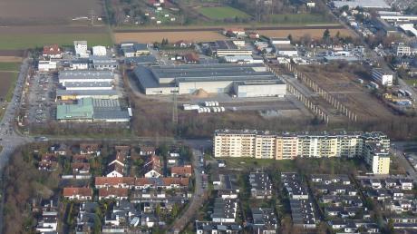 Das Industriegebiet Nord in Königsbrunn von Südwesten aus gesehen. In der unteren Bildhälfte sind die Hochhäuser an der Augsburger Straße zu sehen, darüber das ehemalige Hochtief-Areal, auf dem die Handelskette Globus ein großflächiges SB-Warenhaus erreichten will.