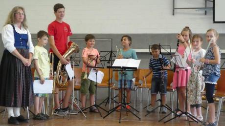 Stolz präsentierten die Nachwuchsmusiker gemeinsam mit Lehrerin Roswitha Haas (links) ihr Können während des Schülerkonzerts.