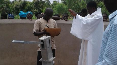 Die Segnung des Brunnens übernahm Abt Romain von der Benediktinerkongregation aus Togo.