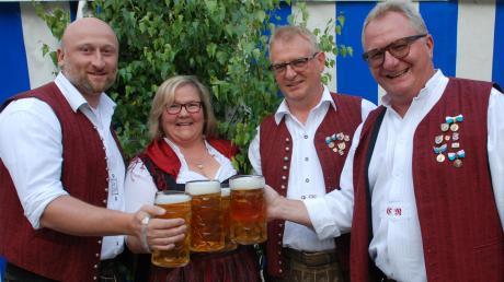 Stießen auf ein gelungenes Blasmusikfest an: (von links) die Vorsitzenden Armin Seitz und Gabi Müller, Bürgermeister Robert Wippel und Dirigent Christoph Reiter.