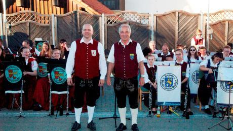 Zu einer Serenade hatten sich die Musikkapellen Graben und Walkertshofen mit ihren Dirigenten Ewald Brückner (rechts) und Roland Dworschak auf dem Dorfplatz in Walkertshofen verabredet.