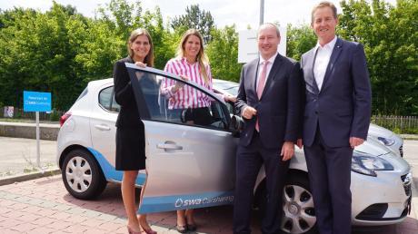 Sie zeigen die Carsharing-Fahrzeuge: (von links) Cathrin Kiemel, Jennifer Gösling, Bürgermeister Franz Feigl und swa-Geschäftsführer Walter Casazza.