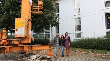 Bürgermeister Rudolf Schneider, Architektion Kathrin Remmele und Schulleiterin Ulrike Nett freuen sich, dass die Sanierung der Grundschule schon in den Sommerferien beginnt.