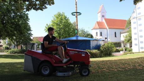In Oberottmarshausen laufen die Vorbereitungen für den Sommernachtsball. Unter anderem wird der Rasen noch vom Laub befreit.