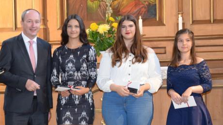Abschlussfeier Mittelschule KönigsbrunnDie besten Absolventinnen in den einzelnen Kategorien der Abschlüsse wurden von Bürgermeister Franz Feigl ausgezeichnet.