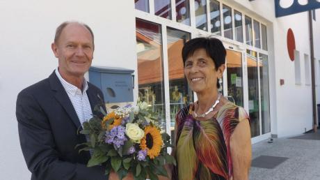 Mit einem Blumenstrauß bedankte sich in Walkertshofen Schulleiter Gerhard Gerum bei seiner Stellvertreterin Maria Schneider, die nun in Ruhestand geht.