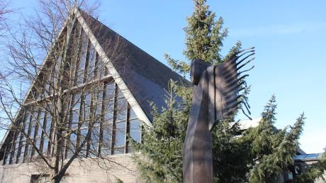 """Die erste Station des Friedenswegs ist der """"Friedensengel"""" - eine Bronzeskulptur der Künstlerin Gabriele Schnitzenbaumer neben der Kirche St. Martin in Lagerlechfeld. Nun wurden weitere Standorte festgelegt."""