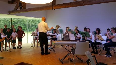 Den Auftakt des Konzertnachmittags bestritten der Kinderchor (links) und die Jugendkapelle des Musikvereins Walkertshofen.