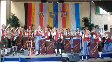 """Die Schmuttertaler Musikanten - hier beim Festausklang am Sonntagabend - hatten bei ihrem Schlosshoffest wieder einen guten Draht """"nach oben""""."""