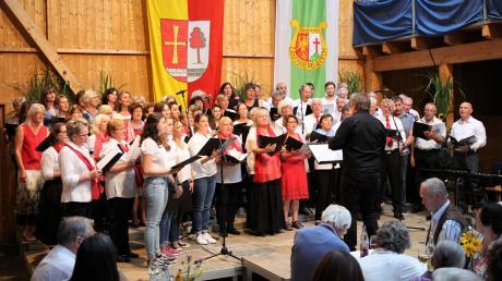 """Zum Abschluss der Serenade sangen alle mitwirkenden Chöre gemeinsam das Lied """"Weit weit weg"""" von Hubert von Goisern."""
