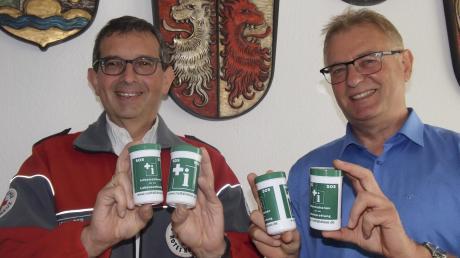 In Kooperation mit Gerald Eichinger (links) vom BRK hat der Vorsitzende der Verwaltungsgemeinschaft Stauden, Bürgermeister Robert Wippel, die Notfalldosen beschafft.