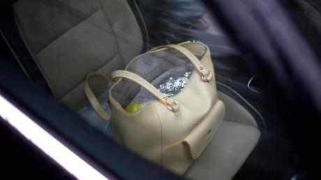 Während eine Frau zu Besuch auf dem Großaitinger Friedhof war, stahl ein Mann ihre Handtasche aus dem Auto.