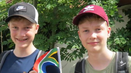 Janne (links) und Gilian Sautter sind fast reisefertig. Die Zwillinge vom Gymnasium Königsbrunn treffen die letzten Vorbereitungen für den Flug nach Südafrika.