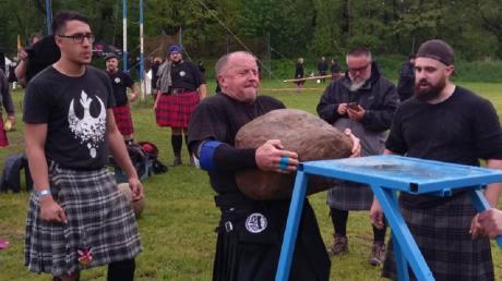 Wolfgang Hillers Leidenschaft sind unter anderem Highland Games. Egal ob Steine heben, Kugeln stoßen oder Baumstämme werfen – dem Klosterlechfelder kann es nicht anstrengend und schwer genug sein.