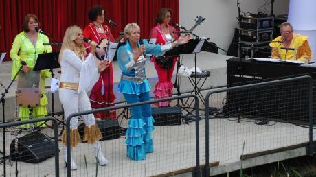 In Abba-Outfits sorgten die Jubilate-Sängerinnen für Stimmung bei den Zuhörern.