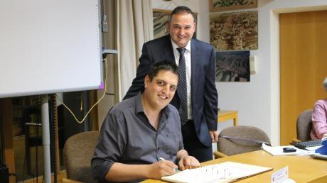 Jürgen Pech wird von Bürgermeister Simon Schropp als neuer Gemeinderat vereidigt.