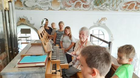 13 Mittelneufnacher Kinder erkundeten mit Kirchenpfleger Winfried Egger die Kirche St. Johannes Evangelist. Organistin Magdalena Vogg erklärte den Kindern die Orgel.