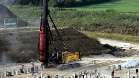 In Zusmarshausen entsteht eine große Stromtankstelle. Die Bauarbeiten sind nach anfänglicher Verzögerung jetzt im Gange.